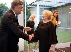 Gafă de protocol la Palatul Victoria. Premierul Croaţiei a tras-o de mânecă pe Viorica Dăncilă să asculte imnurile de stat VIDEO