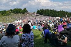 Peste 130.000 de oameni, la procesiunea de Rusalii din Harghita. 90 de persoane au necesitat asistenţă medicală. Preşedintele Ungariei, printre participanţi