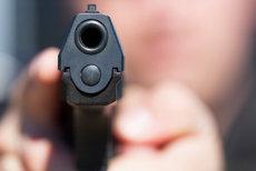 A vrut să fure o maşină şi l-a ameninţat pe şofer cu un pistol. Poliţiştii l-au prins la scurt timp