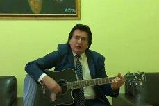 Nicolae Robu, filmat în timp ce cântă la chitară şi cu vocea VIDEO