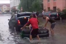 Plimbare cu salteaua pneumatică pe străzile inundate din Târgu Jiu VIDEO