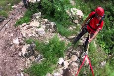 Cinci salvamontişti au recuperat două cupluri blocate în Munţii Trascău, după ce au părăsit traseul ca să-şi caute căţelul zdrobit de stânci