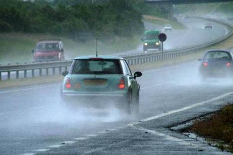 Trafic îngreunat pe A2 din cauza numărului mare de maşini şi a ploii torenţiale. Plouă şi pe A1