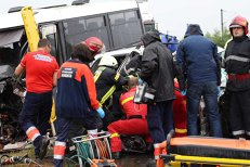 Un microbuz cu 20 de pasageri s-a ciocnit cu un autoturism pe DN 12 în Sâncrăieni, Harghita: 2 morţi şi 13 răniţi. galerie foto