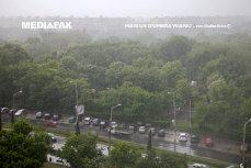 Cod galben de ploi cu descărcări electrice în trei judeţe din ţară