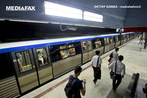 Un bărbat a fost prins sub metrou în staţia Basarab