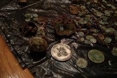 Bărbat acuzat că a vândut monede şi bunuri arheologice din patrimoniul naţional, trimis în judecată