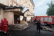 Furtună la Craiova: Copaci căzuţi, acoperişuri smulse de vânt