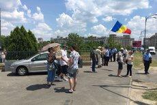 Zeci de persoane protestează în faţa Parlamentului împotriva codurilor penale