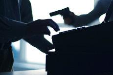 Un bărbat cu faţa acoperită şi înarmat cu un pistol a intrat într-o bancă din Cluj şi a cerut bani. Ce s-a întâmplat după ce a fost refuzat de casieră