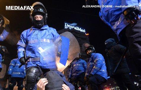 Jandarmeria susţine că a primit flori de la protestatari. Reacţii