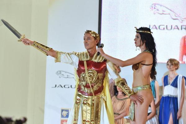 Radu Mazăre în rolul victoriosului Cezar la un festival la Mamaia