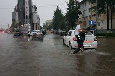 Inundaţiile fac prăpăd în Botoşani: imagini incredibile cu oraşul acoperit de apă. VIDEO