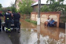 Fotografia zilei, din Teleorman: Localnicii stau pe bancă privind cum pompierii scot apa din comună. Revolta oamenilor pe reţelele de socializare