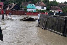 Rupere de nori şi în Mureş: O viitură a inundat mai multe gospodării