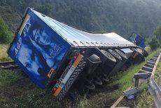 Accident TIR răsturnat pe calea ferată Vâlcea Câineni Valea Mărului