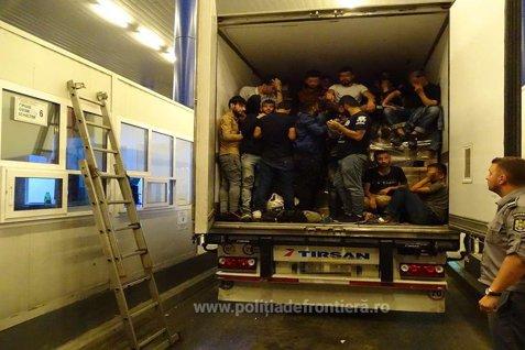 Poliţiştii de frontieră au rămas UIMIŢI după ce au verificat un TIR cu textile la Calafat. Şoferii au spus că nu ştiau nimic