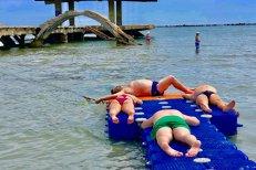 Să râzi sau să plângi? Suntem fără scăpare! Plaja pentru persoane cu dizabilităţi din Mamaia, OCUPATĂ de TURIŞTII DE OCAZIE.