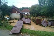 Luată de viitură în timp ce-şi salva animalele din curte. Un sat din Hunedoara a fost măturat de apele scurse de pe un versant