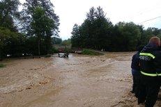 Bilanţul de după ploile puternice: Un deces, oameni evacuaţi, sute de curţi şi locuinţe inundate
