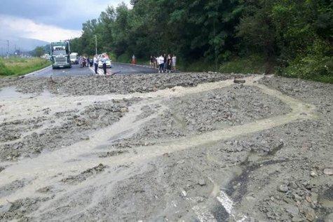 Circulaţie întreruptă pe DN 1 Ploieşti – Braşov din cauza aluviunilor. Coloane de maşini pe o distanţă de 2 kilometri