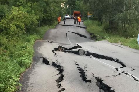 Trafic închis pe un drum naţional din Argeş, din cauza unei alunecări de teren