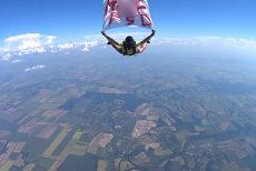 Mesajul M..EPSD coboară din cer. Un paraşutist a sărit de la mii de metri cu un banner anti-PSD. Saltul, realizat ÎN AFARA României