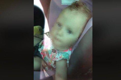 AU ÎNCUIAT o fetiţa de un an în maşină şi au plecat PE PLAJĂ în Mamaia