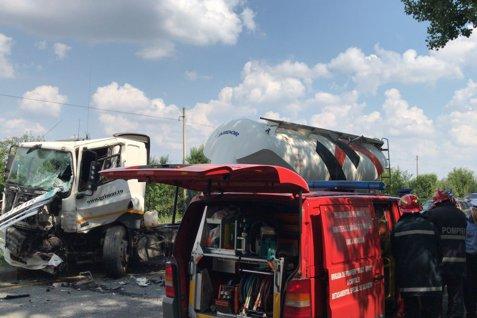 Accident între o autoutilitară şi un tir pe şoseaua de centură din Bucureşti. Circulaţia, blocată pe ambele sensuri