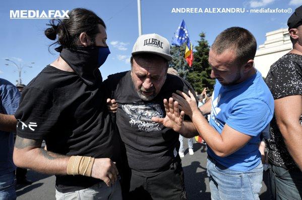 Manifestant afectat de spray--urile cu piper