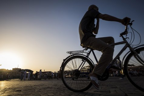 Aproape de COMA ALCOOLICĂ, un biciclist pedala PRIN ÎNTUNERIC