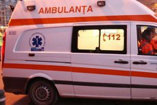 O ambulanţă a fost lovită de o maşină într-o intersecţie. Un copil de 3 ani şi mama lui au fost răniţi