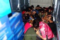 25 de migranţi, între care 5 copii, ascunşi într-un microbuz condus de un sârb, prinşi la Vama Calafat