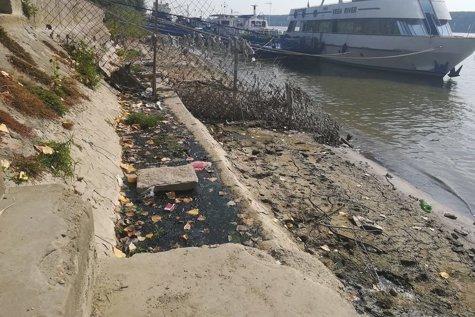 Miros îngrozitor pe Faleza Dunării din Galaţi. Autorităţile ACUZĂ restaurantele că deversează deşeurile în Dunăre