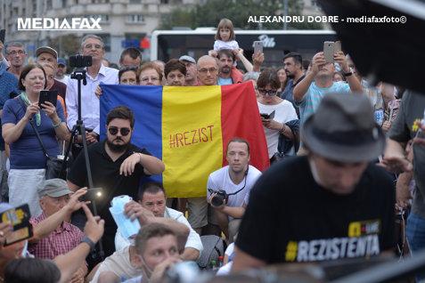 Cu pianul la PROTEST. Manifestanţii au aniversat Mitingul Diasporei din 10 august