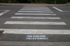 SCOATE CĂŞTILE! Nu folosi telefonul! Elevii din Suceava, întâmpinaţi la trecerile de pietoni cu MESAJE PE ASFALT