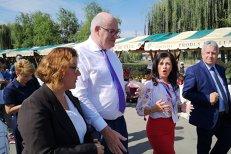 """""""Vişinată, UN SIROP ROMÂNESC, dacă doriţi să gustaţi"""". Comisarul european pentru Agricultură începuse CU O PĂLINCĂ"""
