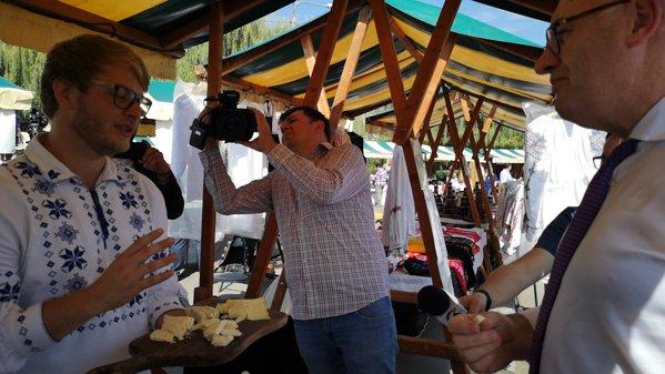 Phil Hogan comisar european pentru Agricultură gustă brânză de burduf la Zilele Recoltei la Cluj Napoca