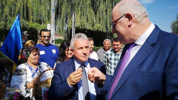Phil Hogan comisar european pentru Agricultură gustă pălincă la Zilele Recoltei la Cluj Napoca