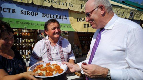 Phil Hogan comisar european pentru Agricultură gustă zacuscă la Zilele Recoltei la Cluj Napoca