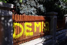 DEMISIA! Mesaj cu vopsea galbenă PE GARDUL casei lui Liviu Dragnea din Alexandria