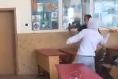 SCRIMĂ la liceu: Un elev A SPULBERAT tabla cu o sabie, spre încântarea colegilor