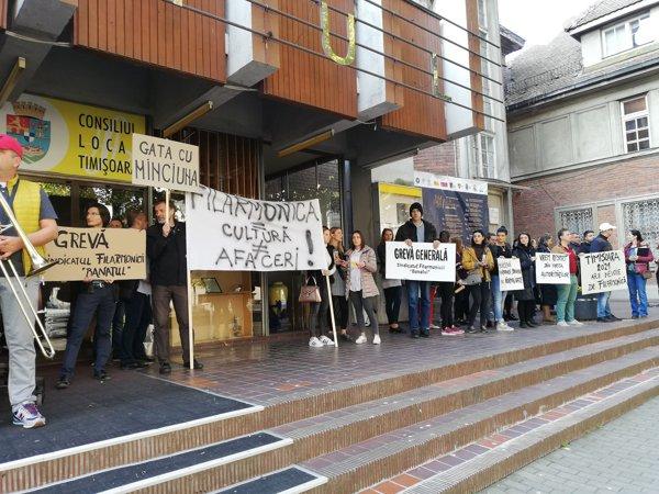 Concert pe scările Filarmonicii Banatul din Timişoara, susţinut de angajaţi în grevă