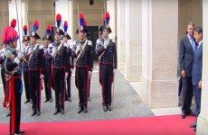 GAFĂ DE PROTOCOL a preşedintelui Klaus Iohannis la întîlnirea cu premierul italian Giuseppe Conte: S-a ÎNTORS în timp ce garda dădea ONORUL