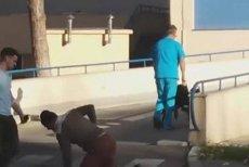 Un pacient a fost filmat TÂRÂNDU-SE PE ASFALT, lângă infirmier: Şi-a smuls branula, ne-a înjurat şi A REFUZAT să se întoarcă