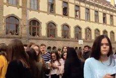 300 de elevi au PROTESTAT la un liceu din Timişoara pentru că nu au voie să iasă din şcoală în PAUZE