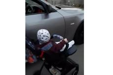 Tatăl unui BEBELUŞ, filmat când PLIMBĂ copilul în cărucior, pe lângă maşina pe care o conduce