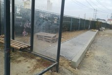 Trotuarul NIMĂNUI. Alee construită în spatele unei staţii de autobuz până într-un gard