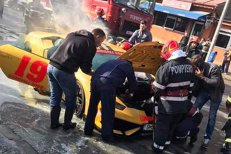 Un Lamborghini a fost cuprins DE FLĂCĂRI în Capitală. Ce s-a întâmplat cu femeia care îl conducea