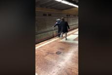Un tânăr A OPRIT în ultimul moment un bărbat care voia SĂ SE ARUNCE în faţa metroului